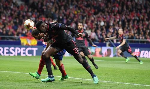 Godin (trái) phong tỏa các chân sút của Arsenal. Ảnh: Sportsmail.
