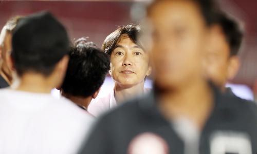 HLV Miura gặp nhiều khó khăn về nhân sự trước cuộc đối đầu với đội bóng đầu bảng. Ảnh: Đức Đồng.
