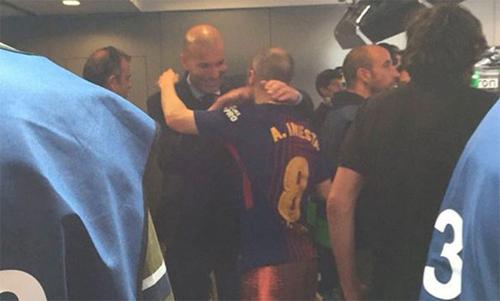 Zidane nói lời tạm biệt với Iniesta.