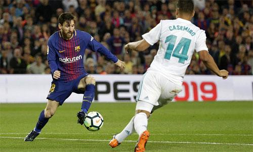 Messi đi bóng khi chuẩn bị tung cú sút nâng tỷ số lên 2-1. Ảnh: Reuters