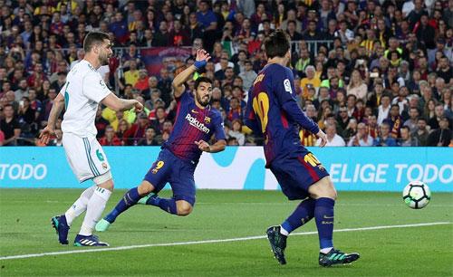Suarez mở tỷ số bằng cú vô lê trong tư thế rất thoải mái.