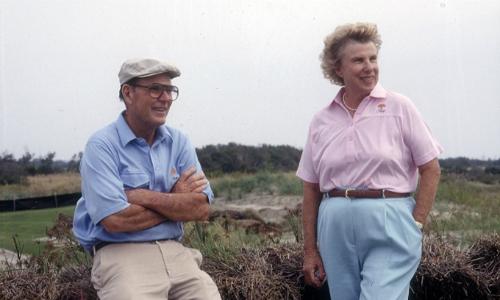 Nhà thiết kế Pete Dye và vợ là những người tạo nên hố đánh độc đáo nhất tại TPC Sawgrass. Ảnh: Golf.com.