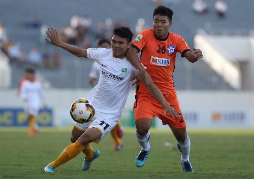 Xuân Mạnh (trái) hưởng niềm vui trong ngày đối đầu đồng đội ở đội U23 Việt Nam - Hà Đức Chinh. Ảnh: Quang Minh.