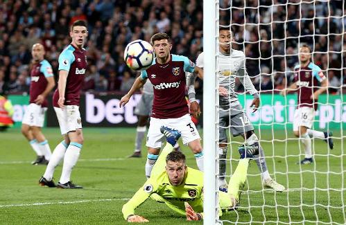 Thủ môn Adrian cản phá một pha dứt điểm bên phía Man Utd. Ảnh: Rex.