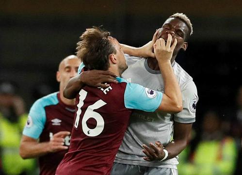 Hai cầu thủ lao vào ẩu đả với nhau là diễn biến nổi bật nhất của trận đấu. Ảnh: Reuters.