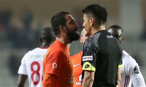Turan phải trả giá cho sự nóng nảy với đội ngũ điều khiển trận đấu. Ảnh: Reuters