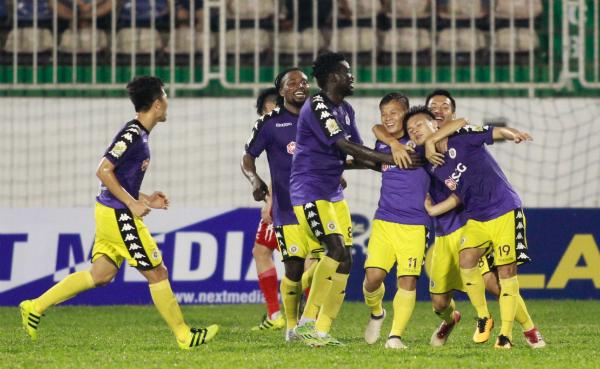 Cầu thủ Hà Nội chung vui sau bàn thắng của Quang Hải. Ảnh:Hùng Linh.