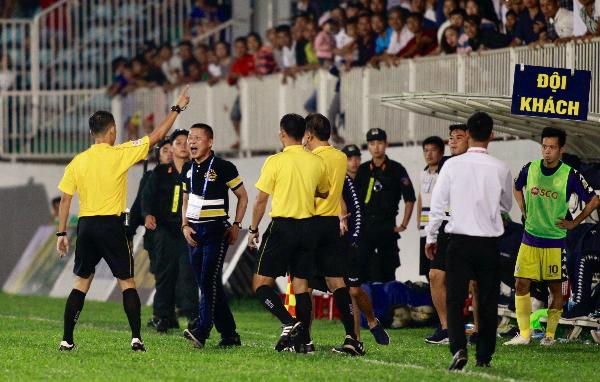 HLV Chu Đình Nghiêm lao vào sân phản ứng trọng tài khiến ông bị truất quyền chỉ đạo. Ảnh:Hùng Linh.