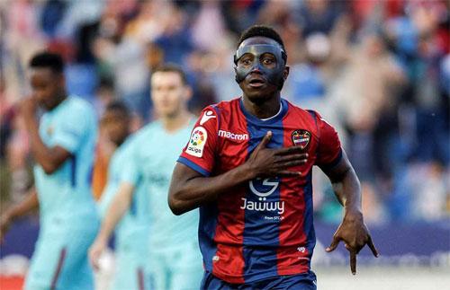 Hàng thủ Barca không ngăn nổi Boateng liên tục ghi bàn.