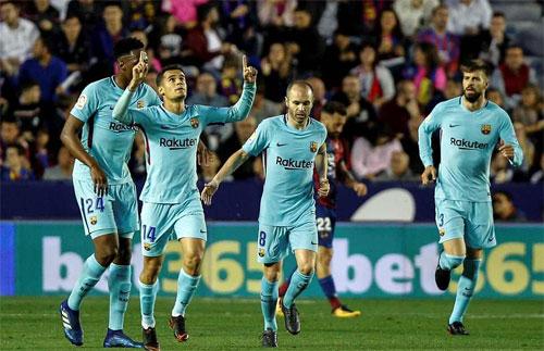 Coutinho lập hat-trick nhưng không đủ để cứu Barca.