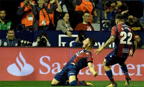 Levante có một trận đấu bùng nổ trước Barca. Ảnh: Reuters