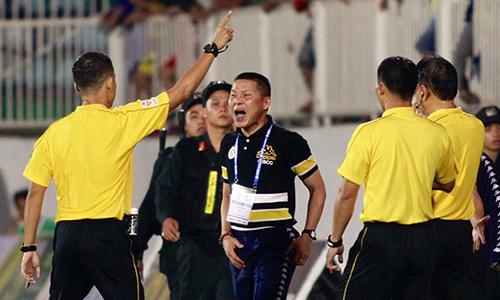 HLV Chu Đình Nghiêm phản ứng với trọng rài Duy Lân. Ảnh: Hùng Linh.