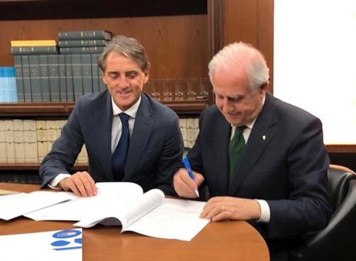 Mancini ký hợp đồng với FIGC. Ảnh: Twitter.
