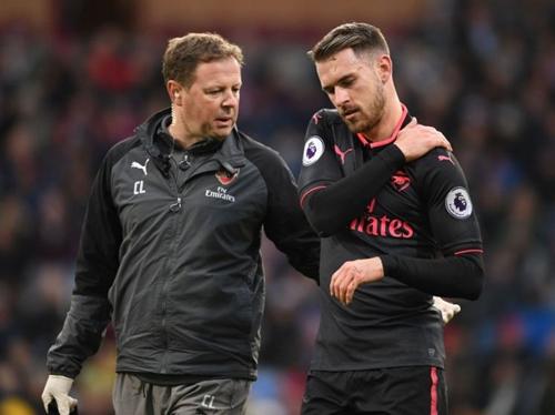 Bác sĩ Lewin (trái) bị Arsenal buộc thôi việc. Ảnh: Reuters.