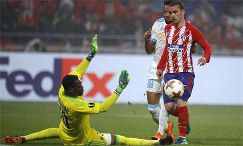 Griezmann tâng bóng nâng tỷ số lên 2-0 trong trận chung kết tối 16/5. Ảnh: Reuters