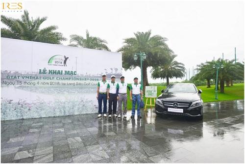 Các golfer chụp ảnh bên chiếc xe ôtô - giải thưởng Hole in One của giải đấu.