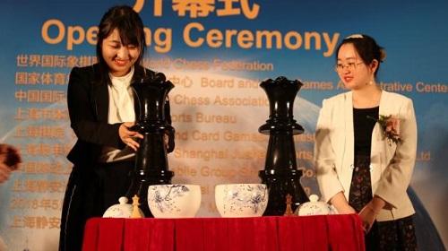 Cư Văn Quân (trái) không bất ngờ khilật đổĐàm Trung Di. Ảnh: Chess.com.