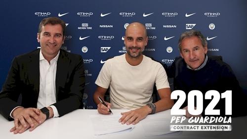 Guardiola trong buổi ký hợp đồng mới. Ảnh: Reuters.