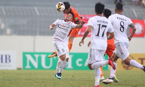 TP HCM (áo trắng) lép vế trong phần lớn thời gian trận đấu tại Hoà Xuân. Ảnh: Anh Khoa.