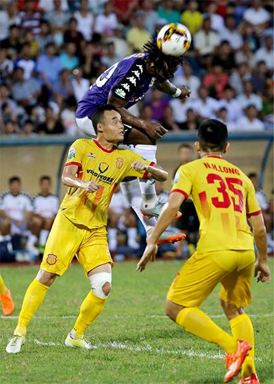 Nam Định không trụ vững trước các đòn tấn công lợi hại của Hà Nội. Ảnh: Lâm Thoả.