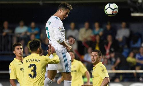Ronaldo bật cao đánh đầu lập công giữa hàng thủ Villarreal, Ảnh: Reuters