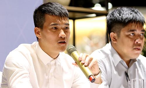 Công Vinh và nhà báo Trần Minh trong ngày ra mắt tự truyện sáng 23/5. Ảnh: Hoàng Tùng.