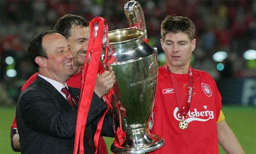 Benitez và Cup vô địch năm 2005. Ảnh: Reuters