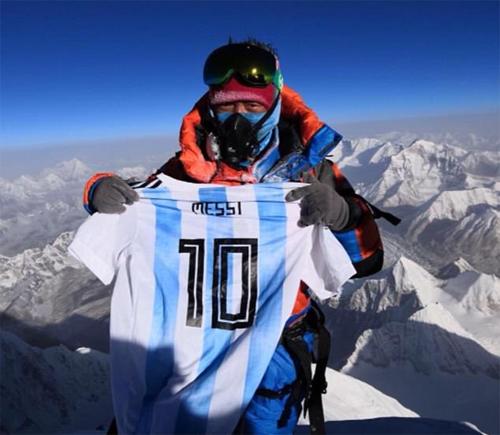 Người leo núi mang áo Messi lên đỉnh Everest - ảnh 1