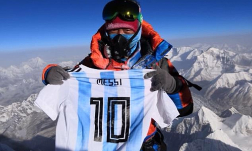 nguoi-leo-nui-mang-ao-messi-len-dinh-everest