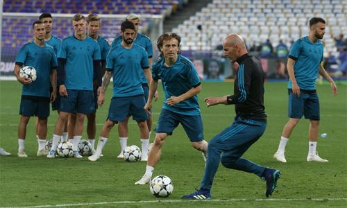 Zidane nói ít, nhưng làm nhiều và thu phục các học trò bằng cái uy cũng như những thị phạm tuyệt vời trên sân tập. Ảnh: UEFA.