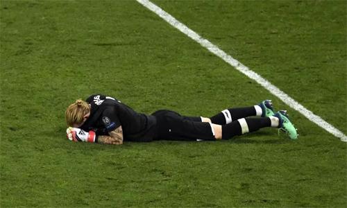 Karius đổ gục xuống sân vì những sai lầm trong trận chung kết. Ảnh: AFP.