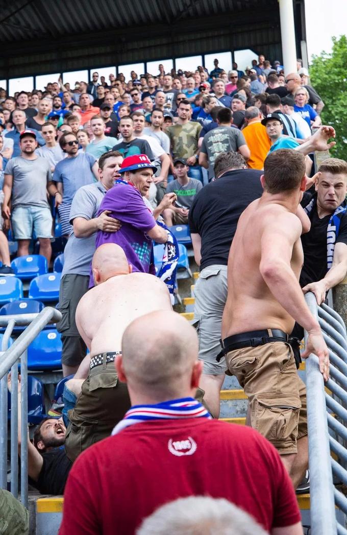Trọng tài kết thúc trận đấu sớm 10 phút do bạo loạn
