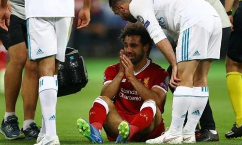 Salah bị chấn thương vai sau pha va chạm với Ramos hôm 26/5. Ảnh: Reuters.