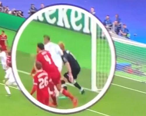 Ramos đánh cùi chỏ vào đầu Karius khi chuẩn bị đón bóng.
