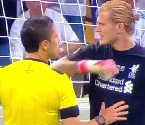 Karius mách về cú đánh cùi chỏ của Ramos nhưng không thuyết phục được trọng tài.