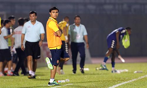 HLV Tài Em bất lực nhìn đội bóng của mình thua thảm. Ảnh: Đức Đồng.