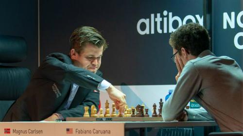 Carlsen (trái) hạ Caruana - người Thách Đấu 2018 - ở siêu giải Na Uy. Ảnh: NC.