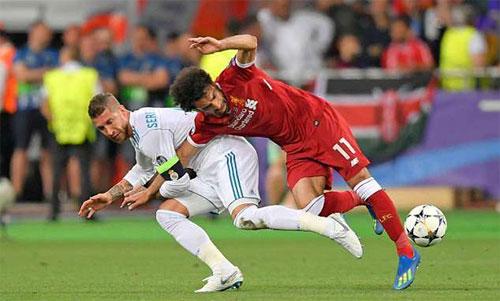 Pha phạm lỗi của Ramos (trái) đối với Salah. Ảnh: Reuters