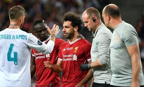 Salah khóc khi rời sân.