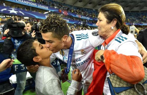 Bà Dolores (phải) chia vui cùng con trai và cháu nội sau trận chung kết Champions League. Ảnh: Reuters