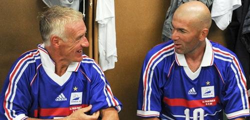 Deschamps bên cạnh đồng đôi cũ Zidane. Ảnh: AFP.