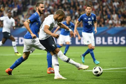 Mbappe đi bóng và dứt điểm trước hàng thủ Italy. Ảnh: AFP.