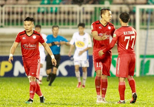 Huỳnh Văn Thanh (số 77) rút ngắn tỷ số cho TP HCM. Ảnh: Hùng Linh.