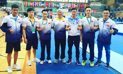 Đội TDDC nam của Việt Nam (từ trái qua): Phan Ngọc Hùng, Đặng Nam, Thanh Tùng, HLV Trương Tuấn Hiền, HLV Minh Sang, Phương Thành, Phước Hưng. Ảnh: Minh Sang.