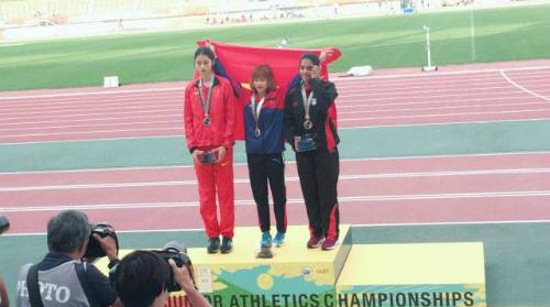 Ngọc Hà (giữa) đoạt HC vàng đầu tiên cho Việt Nam ở giải điền kinh trẻ châu Á. Ảnh: Điền kinh Việt Nam.
