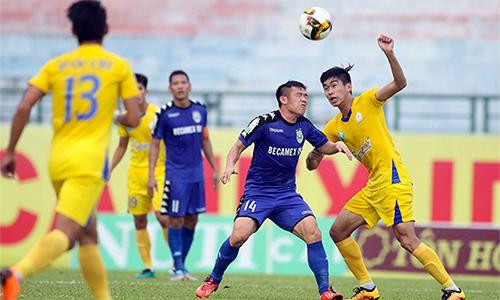 Bình Dương (áo xanh)bất ngờ chơi mờ nhạt và lĩnh trận thua đậm trước dàn cầu thủ trẻ Khánh Hoà. Ảnh: Kỳ Lân.