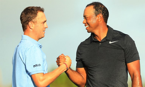 Tiger Woods tiếp tục có cơ hội thi đấu bên cạnh Justin Thomas, người vừa leo lên vị trí số một thế giới cách đây ba tuần. Ảnh: Golf Digest.