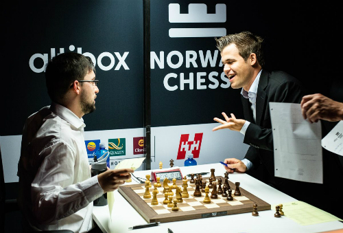 Carlsen hòa nhanh Vachier-Lagrave. Ảnh: Chess.com.
