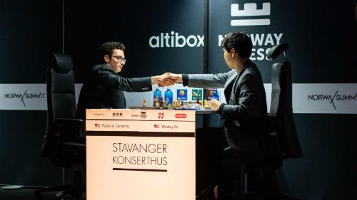 Caruana (trái) thắng đồng hương Wesley So ở ván cuối. Ảnh: Chess.com.