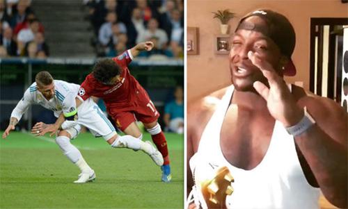 Akinfenwa (phải) nắn gân Ramos về pha phạm lỗi với Salah.